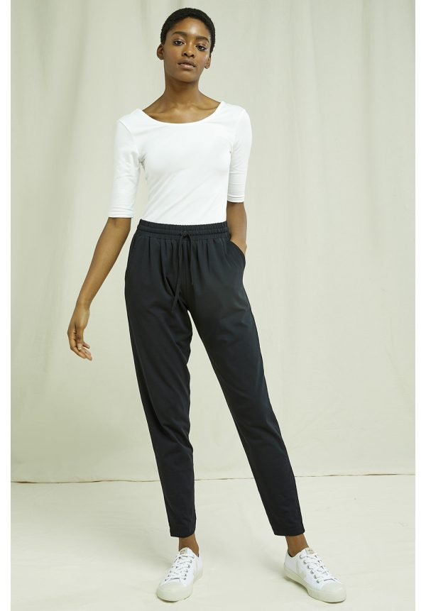 People Tree broek Sasha Trousers kleur Black_KOKOTOKO duurzame kleding