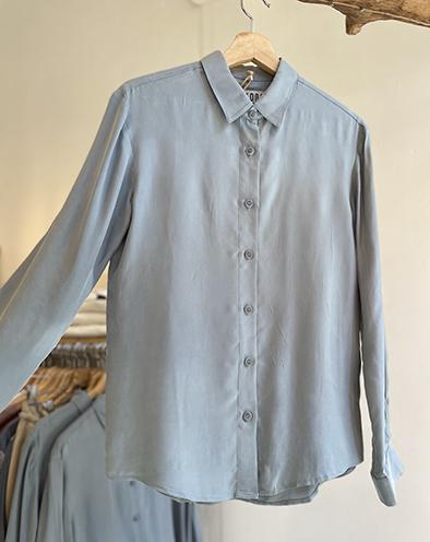 Komodo blouse Lule shirt kleur Misty blue Oosterstraat Groningen duurzame kleding fair fashion happy stuff